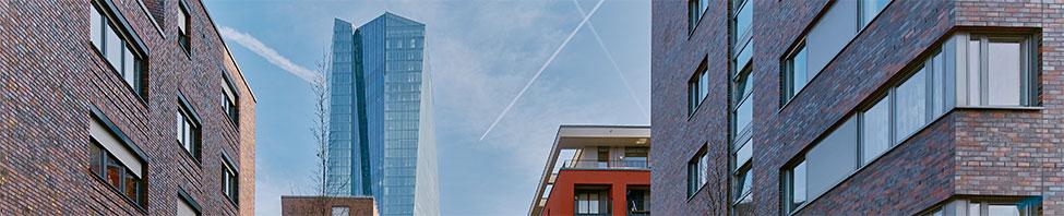 Panoramablick auf die Strasse                     die vor der Europäischen Zentralbank in Frankfurt                     liegt