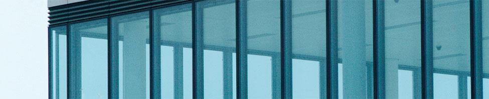 Die Fensterfront eines Hochhauses in Nahaufnahme