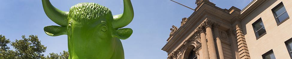 Skulptur vom grünen Bullen am                     Börsenplatz von vorne