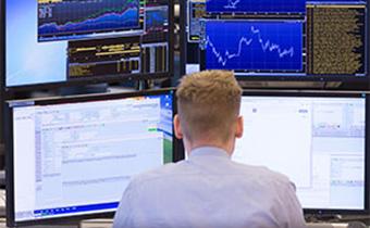 Xetra-Händler vor Monitoren