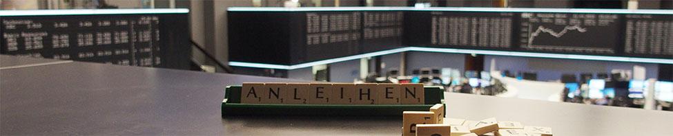 """Buchstaben die zusammen das                     Wort """"Anleihen"""" bilden, im Handelssaal"""