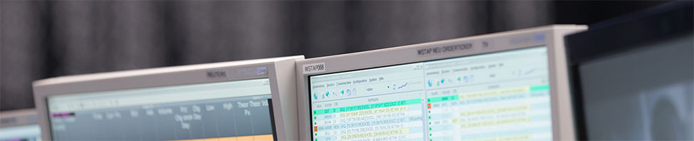 Blick auf Monitore im                     Handelssaal
